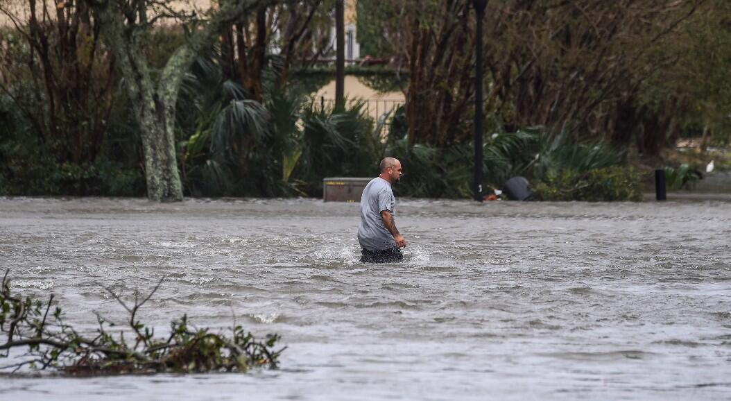 Un hombre camina por una calle inundada, tras la llegada del huracán Sally, en Pensacola, Florida, el 16 de septiembre de 2020.
