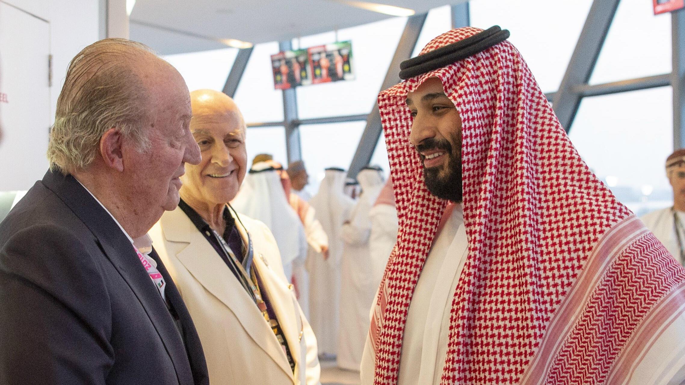 Mohamed Bin Salmán (der.) hablando con el exrey Juan Carlos I de España durante el Gran Premio de Fórmula Uno de Abu Dabi 2018 en el circuito Yas Marina, Emiratos Árabes Unidos, el 25 de noviembre de 2018.