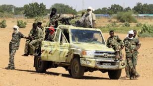 Des soldats soudanais en faction à la sortie du village deTabit, au Soudan.