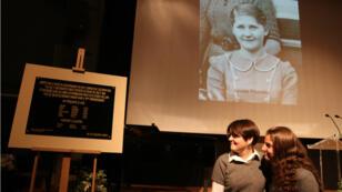 Le dévoilement de la plaque par deux élèves du lycée Jean de La Fontaine, à Paris, le 15 novembre.