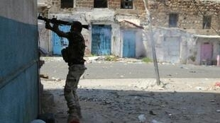 مقاتل موال للرئيس هادي خلال مواجهات مع الحوثيين في تعز 27 سبتمبر 2015
