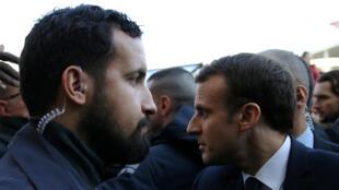 El oficial de seguridad del Elíseo, Alexandre Benalla (Izq.), al lado del presidente francés Emmanuel Macron durante una visita a la Exposición Agrícola Internacional de París, el 24 de febrero de 2018.
