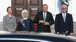 Les présidents allemand Frank-Walter Steinmeier et turc Recep Tayyip Erdogan accompagnés de leurs épouses, le 28 septembre à Berlin.
