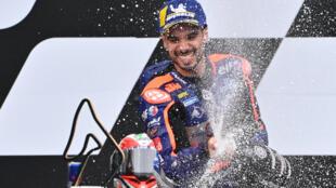 El piloto portugués de ed Bull KTM Tech 3, Miguel Oliveira, celebra en el podio con champán después de ganar el Gran Premio de MotoGP de Estiria el 23 de agosto de 2020 en el circuito Red Bull Ring de Spielberg bei Knittelfeld, Austria.