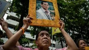 صورة للملك التايلاندي الراحل بوميبون أدولياديج