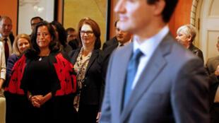 Jody Wilson-Raybould, recientemente nombrada ministra de Asuntos de los Veteranos de Canadá y Jane Philpott, nombrada ministra del Tesoro, observan al primer ministro, Justin Trudeau, a su llegada a una reunión, en Ottawa, Ontario, Canadá. Imagen de archivo del 14 de enero de 2019.