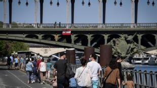 Des promeneurs près du pont de Bir-Hakeim à Paris, le 26 avril 2020