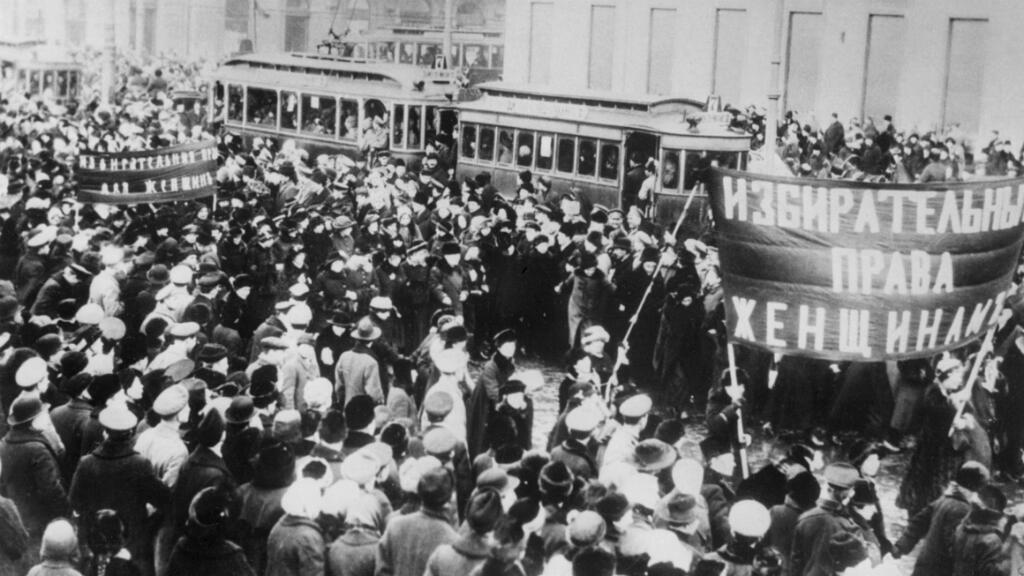 Des manifestants défilent dans les rues de Pétrograd (actuel Saint-Pétersbourg) derrière une banderole réclamant le droit de vote aux femmes, en février 1917.