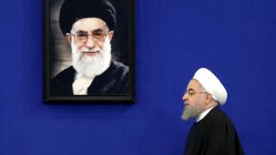 Le président iranien, Hassan Rohani, devant le portrait du Guide suprême Ali Khamenei.