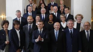 الرئيس الفرنسي إيمانويل ماكرون مع كامل أعضاء الحكومة