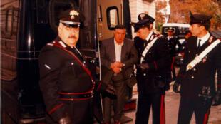 El exjefe supremo de Cosa Nostra es detenido por agentes de los carabinieri en Palermo (Italia) el 15 de junio de 1993.