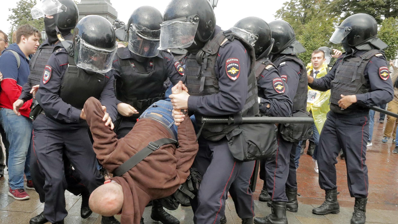 La policía rusa detuvo a cerca de 700 personas en el centro de Moscú por manifestarse sin autorización en el centro de la ciudad para exigir la libre inscripción de los candidatos de oposición a las elecciones legislativas locales.  Moscú, Rusia. 03/08/2019