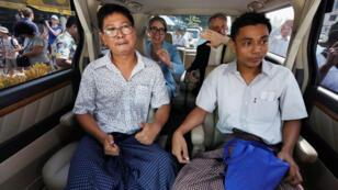 Los reporteros de Reuters Wa Lone y Kyaw Soe Oo tras ser liberados de la prisión de Insein luego de recibir un indulto presidencial en Yangon, Myanmar, el 7 de mayo de 2019.