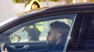 مهاجم ريال مدريد الإسباني الدولي الدومينيكاني ماريانو دياز لحظة وصوله غلى مقر النادي الملكي للخضوع لفحص الكشف عن فيروس كورونا المستجد في السادس من أيار/مايو 2020.