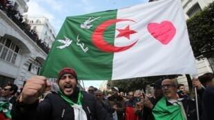 متظاهرون بالعاصمة الجزائرية في 21 فبراير/شباط 2020.