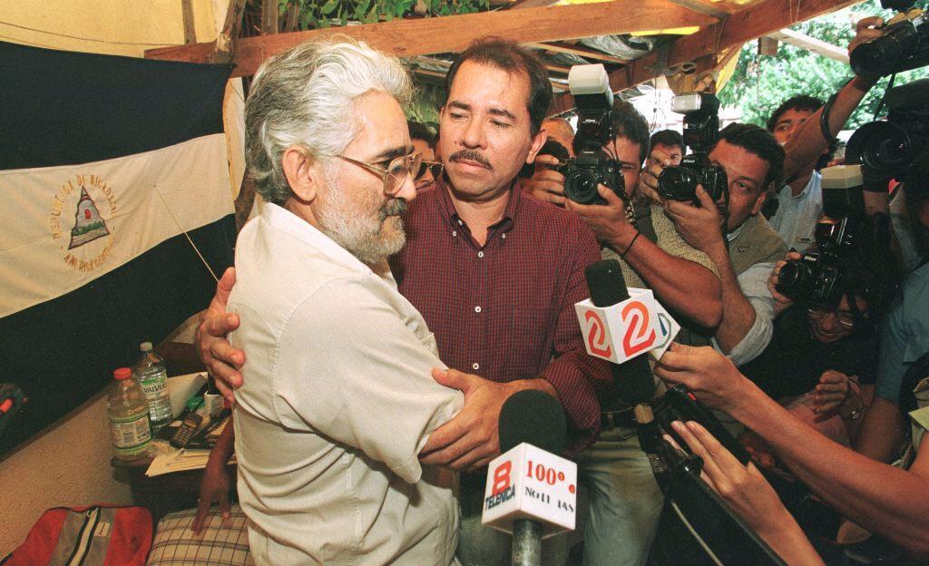 Edén Pastora junto a Daniel Ortega frente al Consejo Supremo Electoral de Managua, Nicaragua, el 21 de septiembre de 1998.
