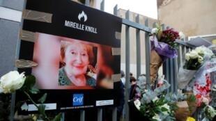 Hommage à Mireille Knoll devant son immeuble à Paris, le 28 mars 2018