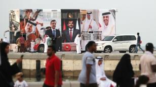 Un bus recouvert d'images de l'émir Tamim ben Hamad Al-Thani, au plus fort de la crise avec l'Arabie saoudite, en septembre2017