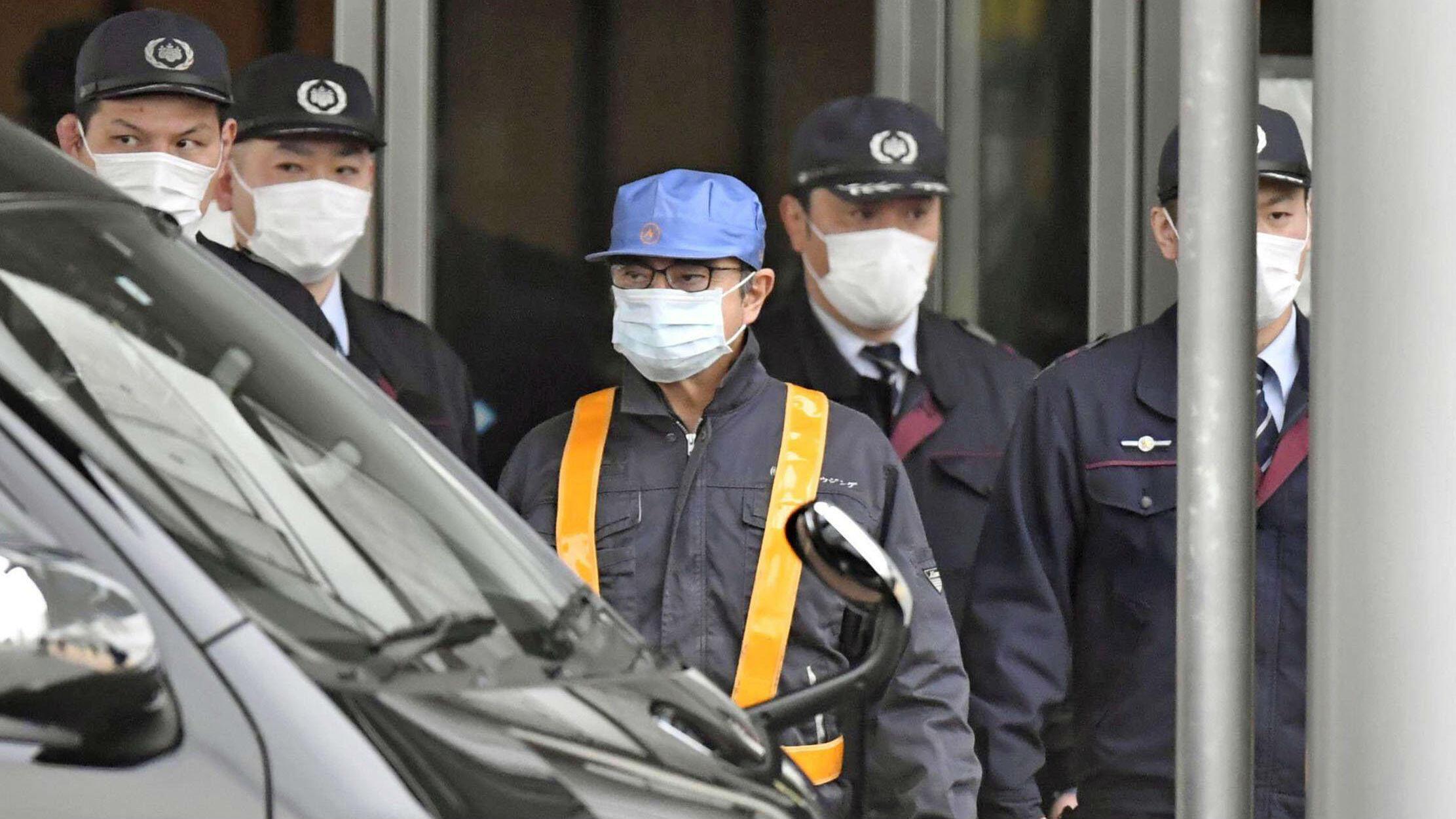 El expresidente de Nissan Motor, Carlos Ghosn, abandona el centro de detención luego de que fuera dejado en libertad bajo fianza en Tokio, Japón, el 6 de marzo de 2019.