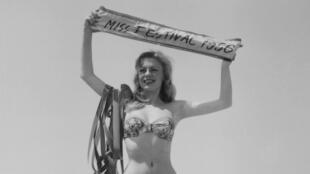 Diana France, Miss Festival 1956 sur la plage de Cannes, le 6 mai 1956.