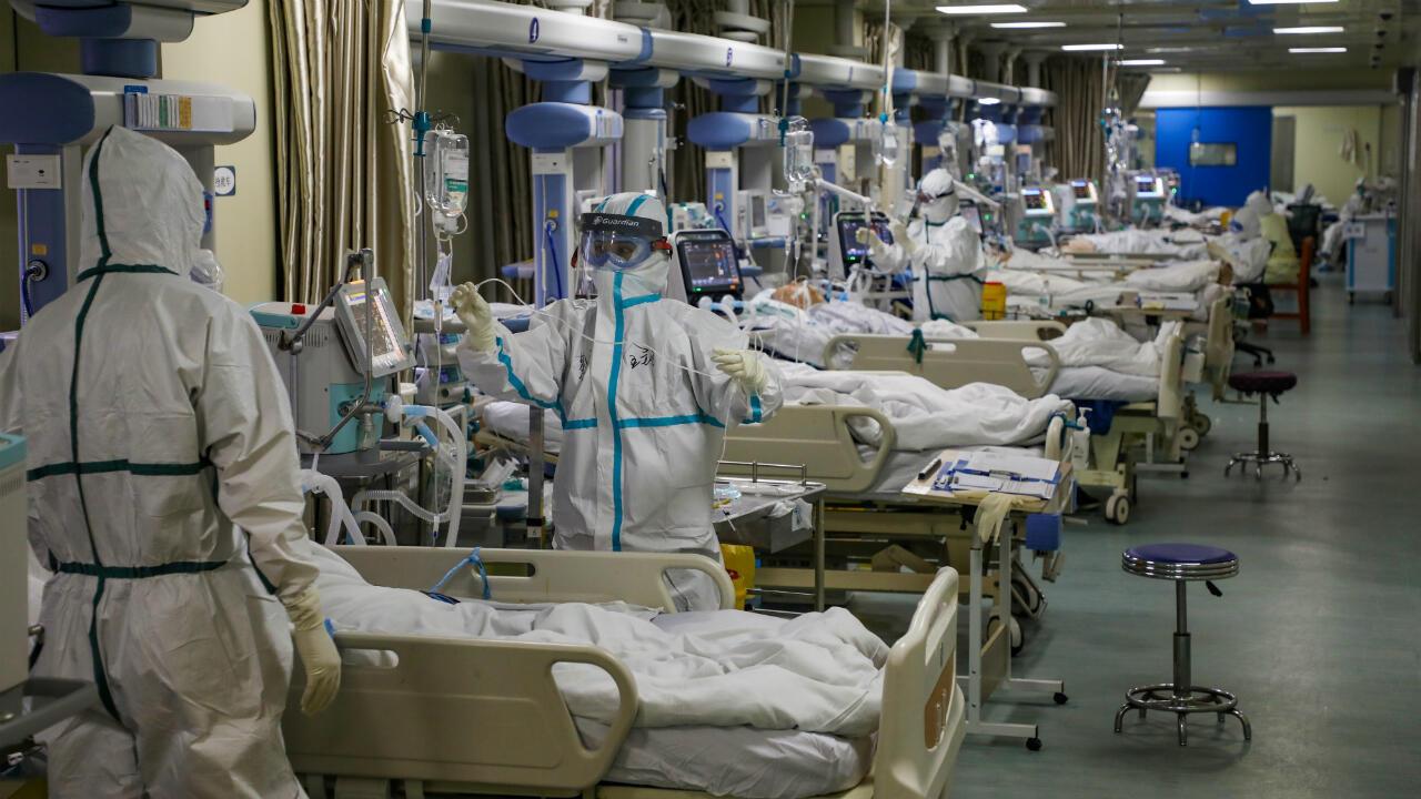 Médicos atienden a pacientes contagiados por el coronavirus en un hospital de Wuhan, China, el 9 de febrero de 2020.