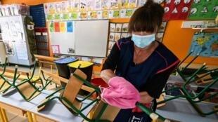 Désinfection d'une salle de classe de la maternelle Sarah Bernhardt à Montpellier, le 6 mai 2020