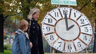 Une horloge géante rappelle le changement d'heure, le 9 octobre 2010 à in Godewaersvelde, dans le nord de la France.