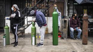 Des habitants de Callao font la queue pour remplir des bouteilles d'oxygène, le 3 juin 2020 au Pérou