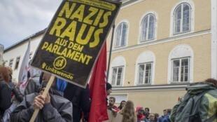 Des manifestants anti-nazis se rassemblent le 18 avril 2015 devant la demeure où Adolf Hitler était né en 1889.