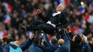 Didier Deschamps porté en triomphe par les Bleus.