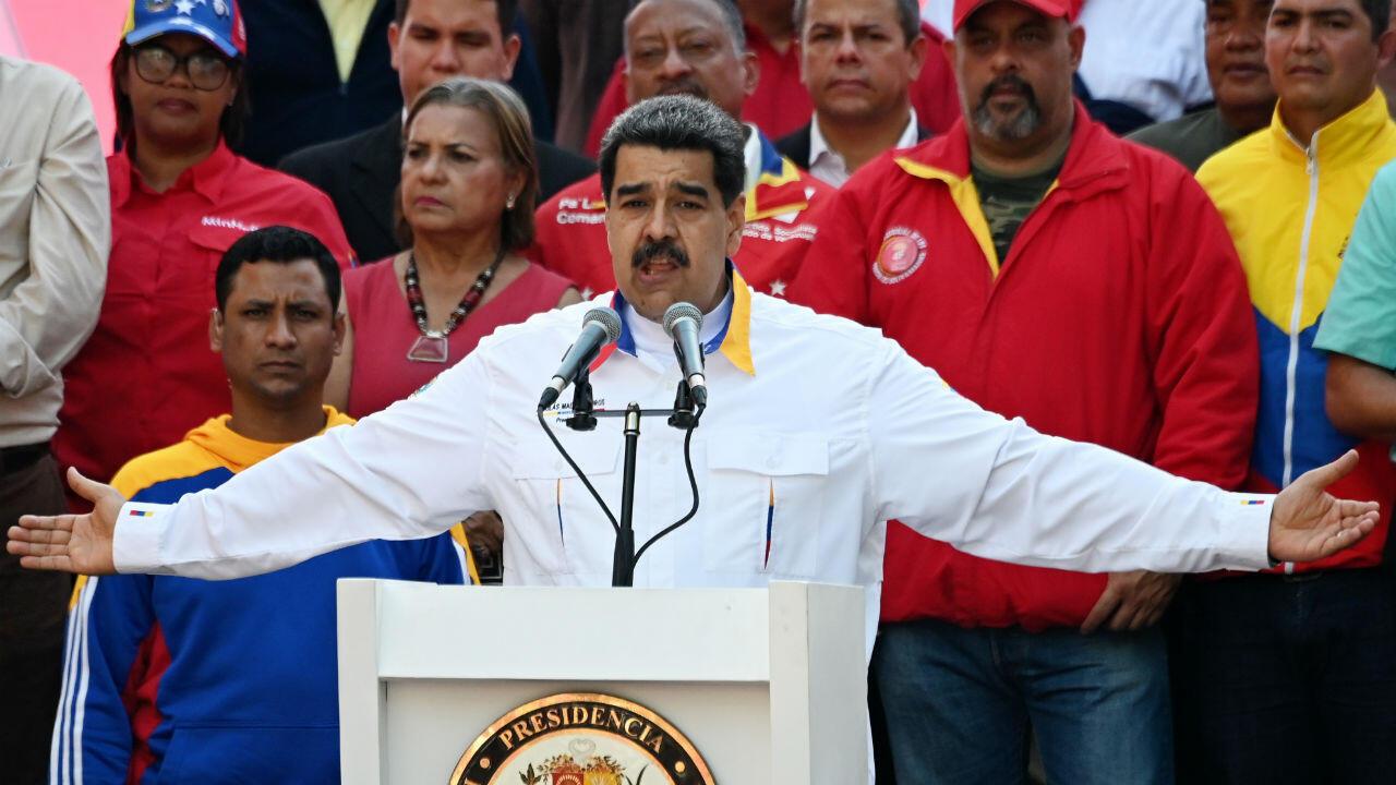 El presidente de Venezuela, Nicolás Maduro, habla en un mitin frente al Palacio Presidencial de Miraflores en Caracas el 20 de mayo de 2019.