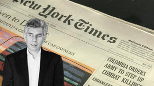 Imagen del periodista colombiano Daniel Coronell junto a la portada del diario The New York Times del 19 de mayo de 2019.