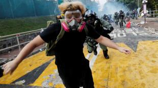 Un estudiante universitario huye de la policía antidisturbios en la Universidad China de Hong Kong el 12 de noviembre de 2019.