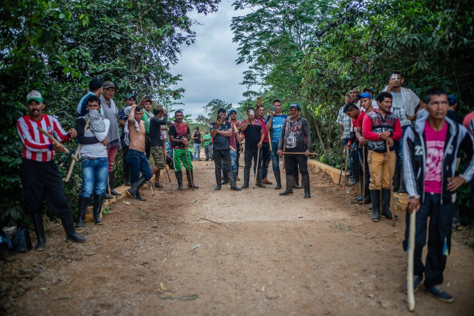 Un grupo de campesinos bloquea la vía que de Los Pozos conduce a San Juan de Lozada, en la región de La Macarena, el 2 de abril de 2019, esperando que el Gobierno atienda su llamado de dialogar sobre la Operación Artemisa con la que se han visto severamente afectados. Después de reuniones con el Gobierno, se conformó una mesa de negociación que no ha avanzado por dificultades de movilidad durante la epidemia de coronavirus. La protesta se disolvió una semana después.
