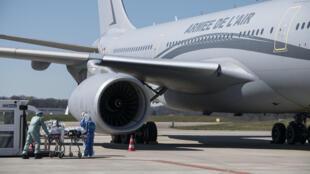 L'Airbus A330 Phénix à l'aéroport de Bâle-Mulhouse embarque des malades du Covid-19, le 31 mars 2020.