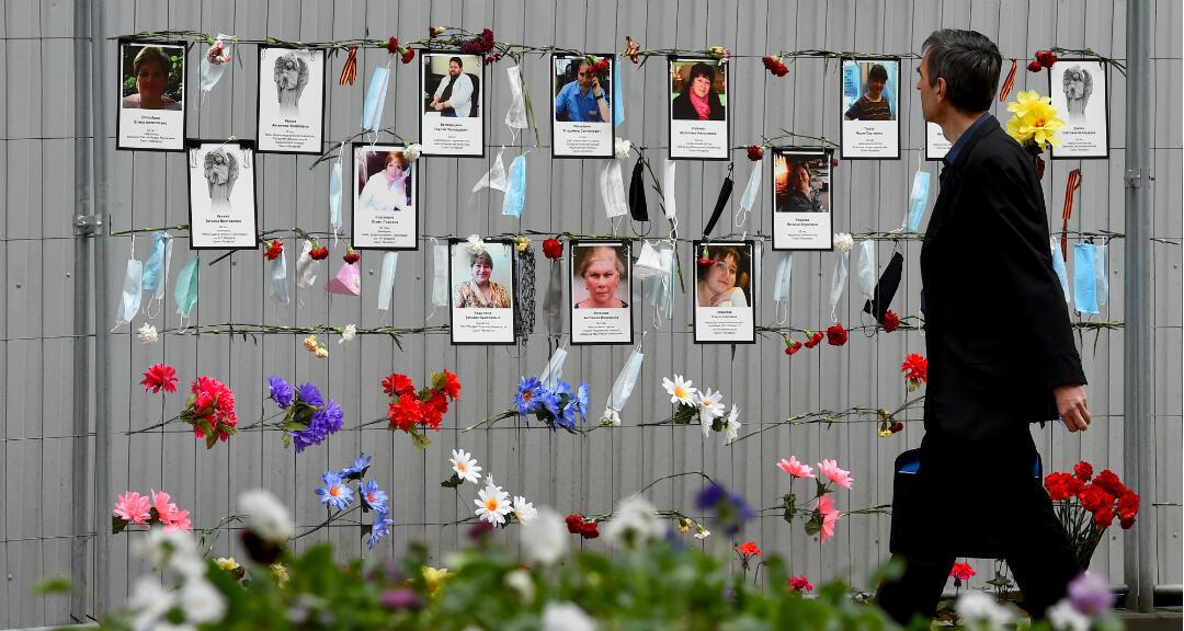 Un hombre pasa por un monumento al personal médico que ha muerto a causa del Covid-19 fuera del departamento de salud en San Petersburgo, Rusia, el 11 de mayo de 2020.