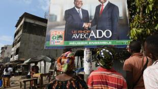 Des électeurs dans les rues d'Abidjan.