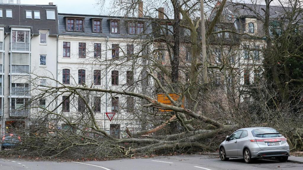Un árbol bloquea la calle en la ciudad alemania de Leipzig tras el temporal Friederike, el 18 de enero del 2018.