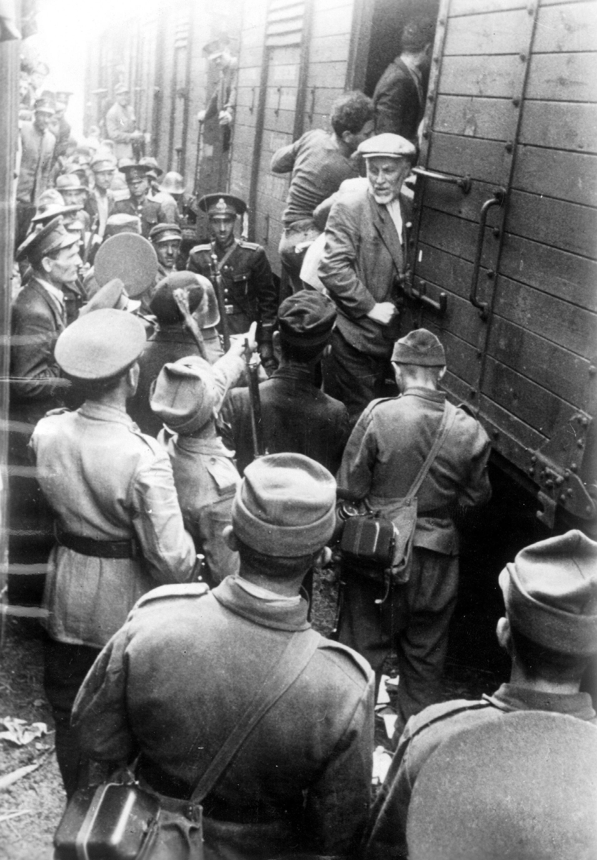 Des Juifs roumains montent dans l'un des trains de la mort en gare de Iași.