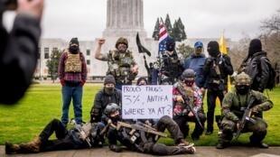 Un grupo de manifestantes armados, que se identificaron a sí mismos como los 'Liberty Boys', posan fuera del Capitolio del estado de Oregon, en Salem, el domingo 17 de enero de 2021.