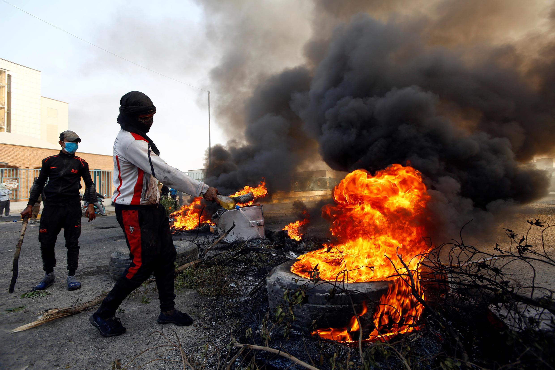 متظاهرون يقطعون الطرق في النجف جنوب العراق - 27-11-2019