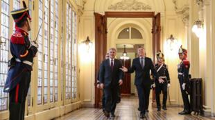El presidente de Colombia, Ivan Duque, camina junto al presidente de Argentina, Mauricio Macri, en el Palacio Presidencial en Buenos Aires, Argentina, 10 de junio de 2019.