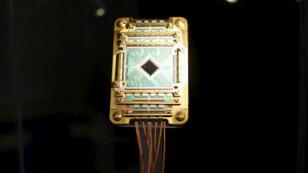 Le microprocesseur utilisé dans un ordinateur quantique développé par la Nasa et Google. L'UE vient de lancer un programme d'un milliard d'euros pour développer les technologies quantiques.