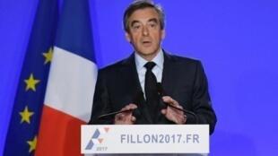 مرشح اليمين للانتخابات الرئاسية فرانسوا فيون خلال مؤتمره الصحفي بباريس، في 1 آذار/مارس 2017