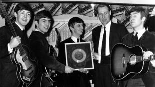 A Londres en 1964, avec Paul McCartney, George Harrison, Ringo Starr et John Lennon.
