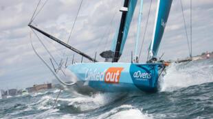 """Le skipper français Thomas Ruyant sur son Imoca 60 """"LinkedOut"""" en route pour les Sables d'Olonne avant le départ de la Vendée-Arctique, le 3 juillet 2020 à Lorient"""