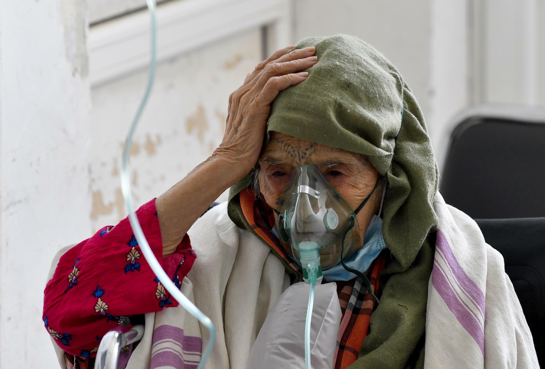 Une Tunisienne infectée par le Covid-19 reçoit de l'oxygène à l'hôpital Ibn al-Jazzar à Kairouan, en Tunisie, le 4 juillet 2021