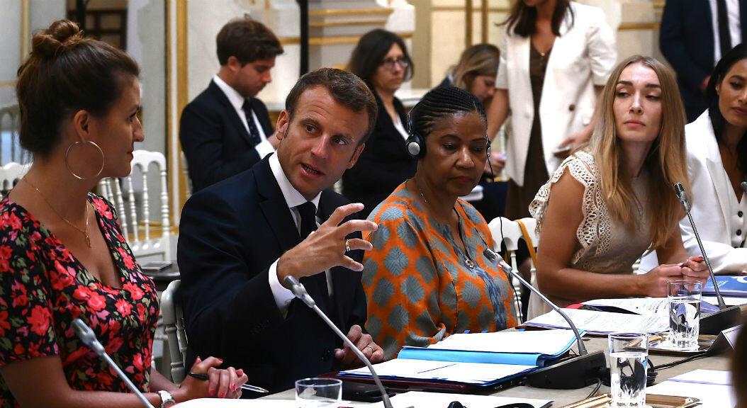 El presidente de Francia, Emmanuel Macron, encabeza una reunión del Consejo Asesor del G7 para la Igualdad entre Mujeres y Hombres, como parte del 'Día del Diálogo', con la Subsecretaria General de Naciones Unidas y Directora Ejecutiva de ONU Mujeres, Phumzile Mlambo-Ng