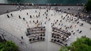 Los fieles respetan la distancia social en la Gruta de Massabielle del Santuario de Nuestra Señora de Lourdes, en el suroeste de Francia, el 30 de mayo de 2020