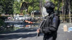 عنصر من وحدة مكافحة الإرهاب في محيط موقع تفجير انتحاري أمام كنيسة في سورابايا في 13 أيار/مايو 2018